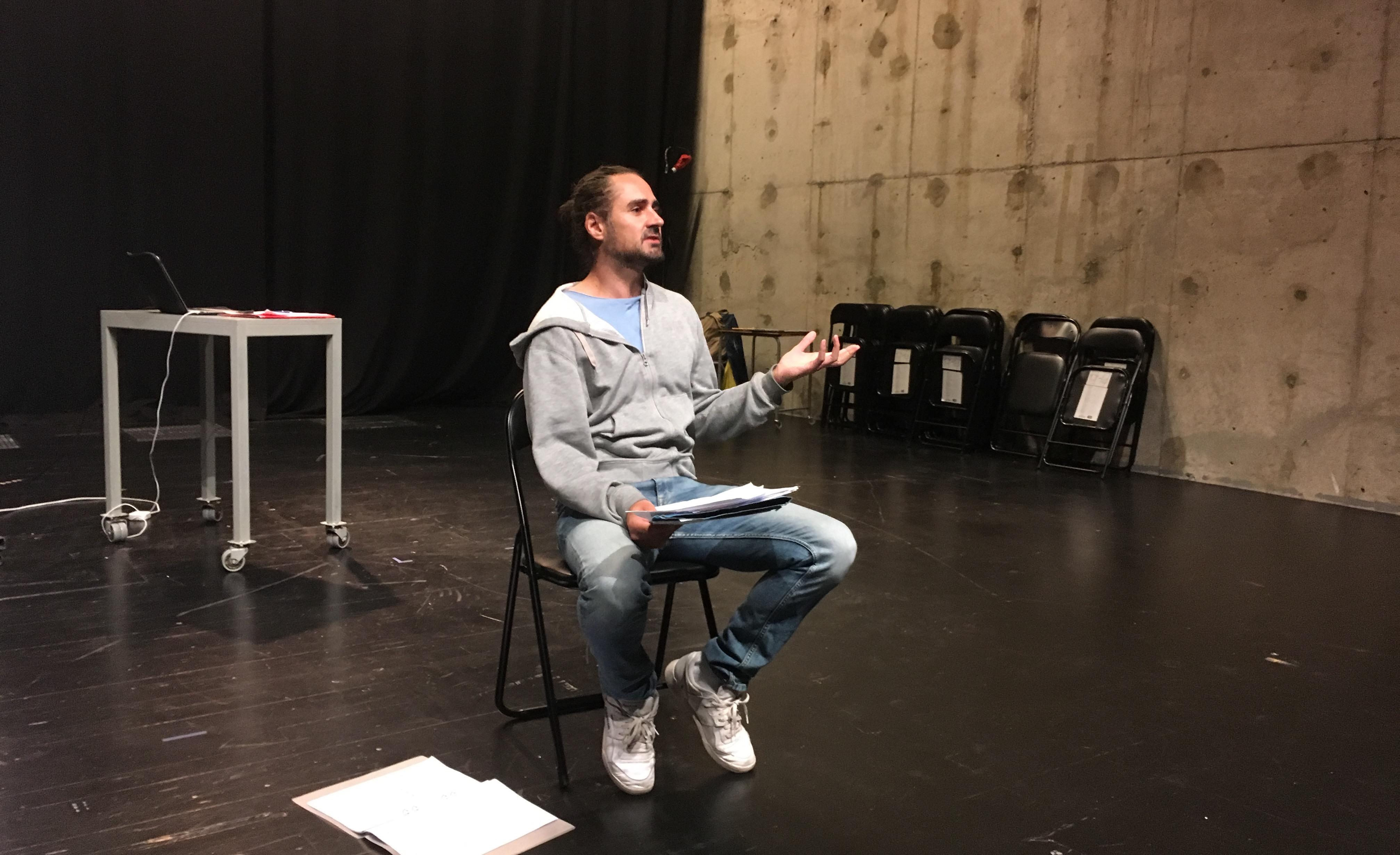 Jonatan Rodriguez läser ur pjäsen Bonsai